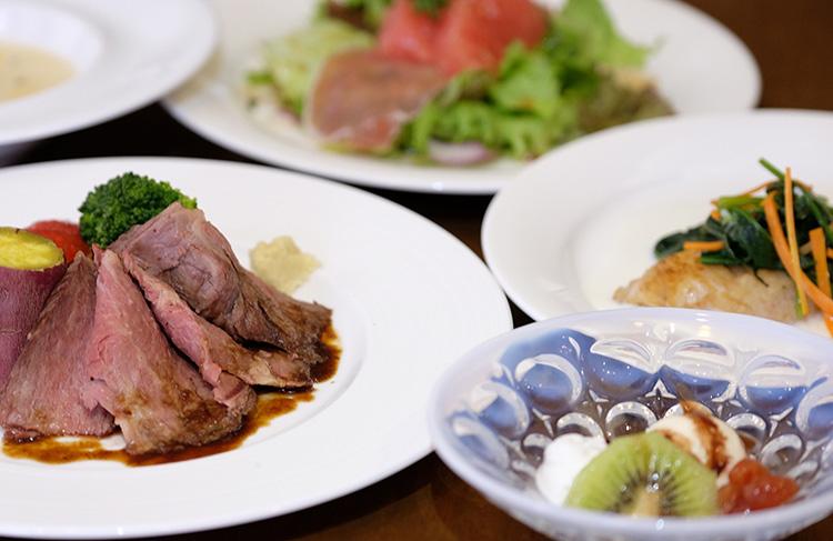 夕食は牛肉をメインにした コース料理ですが 季節の 小鉢もついておりお箸でも気軽にいただけます。