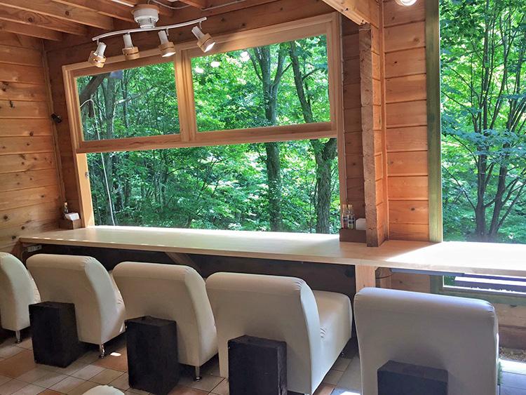 ゆったりできるソファータイプのラウンジと開放感の大窓